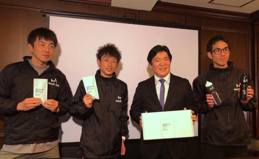 モルテン新製品「DRINKMIX 320 CAF 100(ドリンクミックス320カフ100)」を手にする(左から)陸上Youtuber ZAWAさん、福田穣選手、MAURTEN JAPAN 小野芳司、佐藤悠基選手