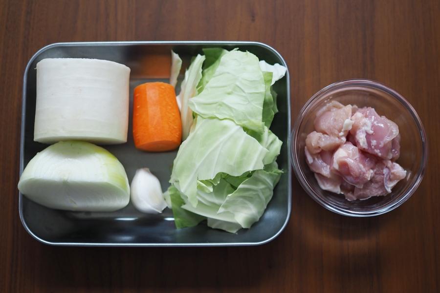 材料(2人分) ・鶏もも肉…100g ・玉ねぎ…1/2個 ・大根…4cm分 ・にんじん…4cm分 ・キャベツ…1枚分 ・にんにく…1片 ・水…500ml ・酒…小さじ1 ・野菜だし(もしくはチキンコンソメ)…5g ・塩…ひとつまみ ・塩コショウ(下味用)…適量