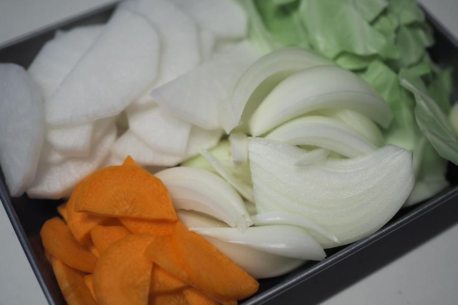 1. 玉ねぎはくし切り、大根・にんじんは半月切り、キャベツは一口大にちぎる。鶏肉は2cm角に切り、塩コショウで下味をつける。