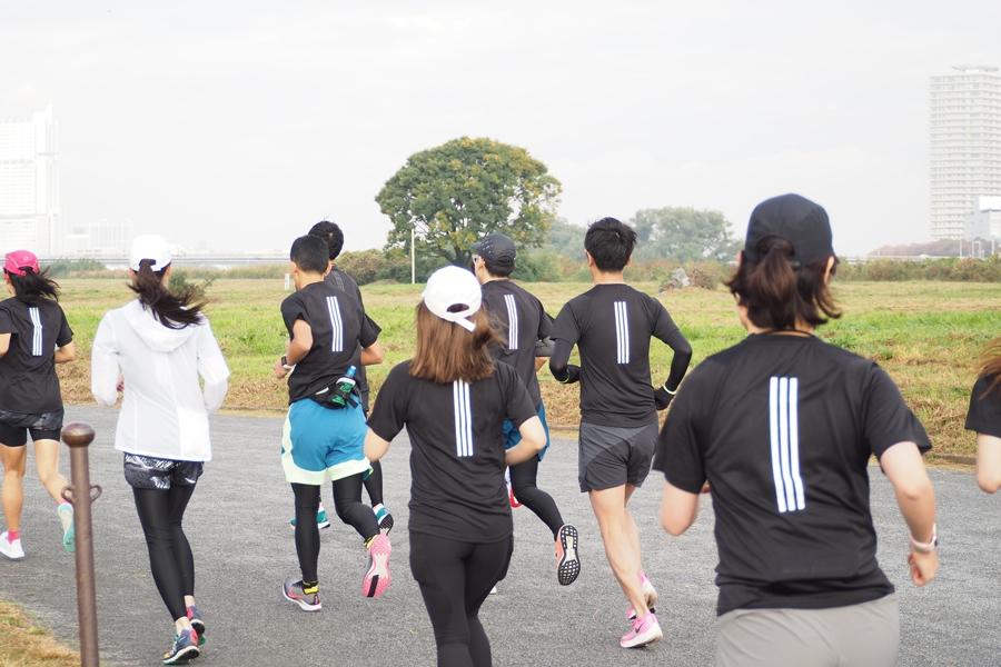 20名ほどの参加者がおそろいのTシャツを着て走り出します!