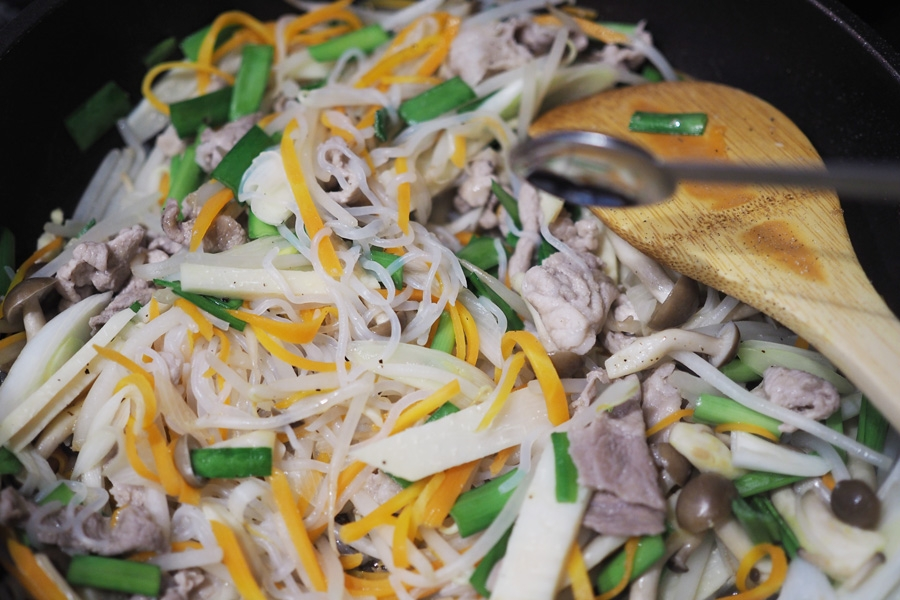 6. 豚肉を戻し、ニラを加えたら、鶏ガラスープの素、みりん、塩、コショウを加えて味付けし、最後にいりごまとごま油を加えたら完成!