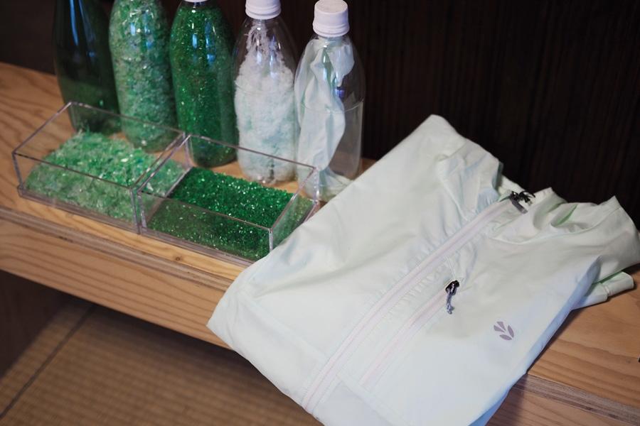 ペットボトルの緑色をそのまま活かしてプロダクトにしているものもあり、いわばこれがブランドカラーになっているんです。