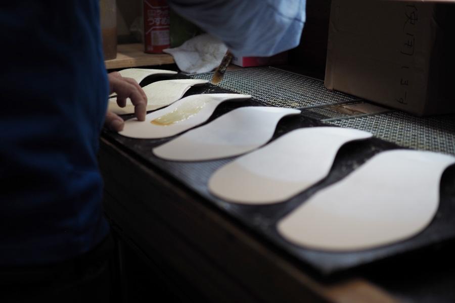 BMZの工場ではインソールが手作業で大切に作られています。