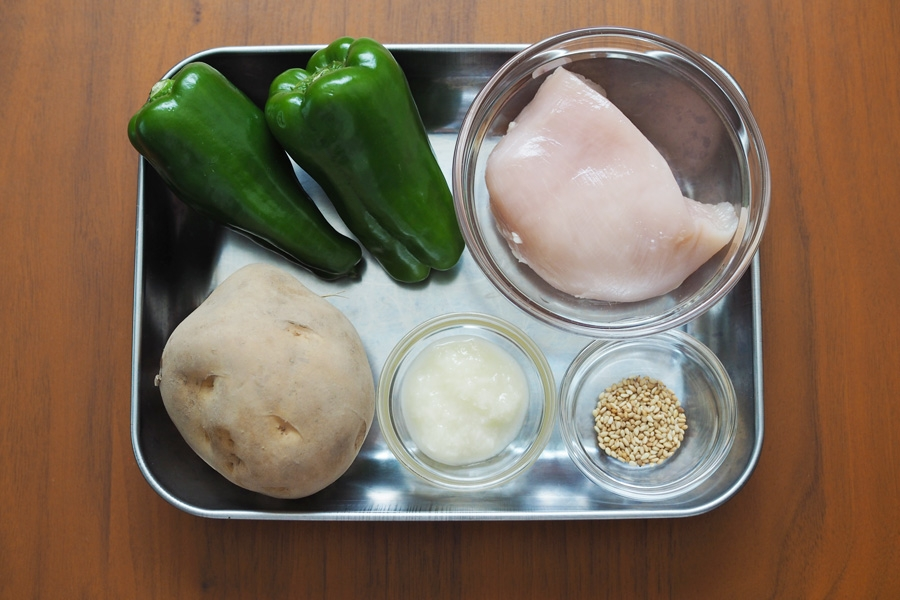 ・鶏むね肉…100g ・塩麹(下味用)…小さじ2 ・ピーマン…2個 ・じゃがいも…1個 ・塩麹…小さじ1 ・いりごま(白)…小さじ1 ・油…少々