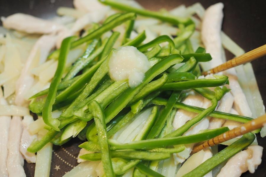 4. じゃがいもが透き通ってきたらピーマンと追加の塩麹を入れてサッと炒め合わせ、最後にいりごまを加えて完成!