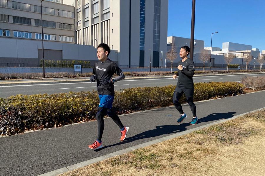レース中、松浦さんと杉山さんは二人で並走。ところどころ声を掛け合いながら走っていました。ペースも快調で、調子が良さそうです。